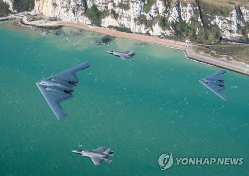 도버 해협 상공을 비행 중인 미 공군의 B-2 전략폭격기와 영국 공군의 F-35 전투기