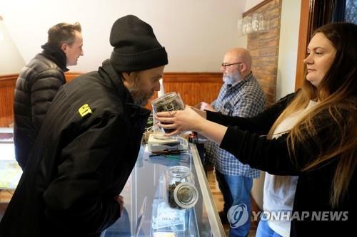 미국 미시간주 앤아버의 기호용 마리화나 판매소 '그린스톤 프로비전'에서 판매원이 고객에게 제품을 안내하고 있다. [로이터=연합뉴스]