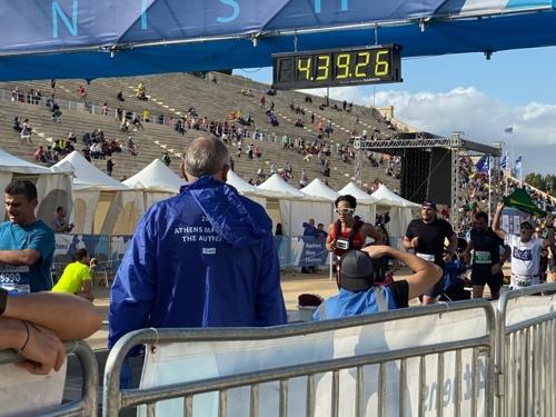 지난해 11월 열린 아테네 마라톤 대회에 참가한 한동호씨