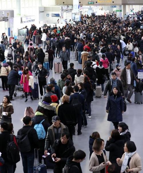 오전 9시가 되어서도 붐비는 김해국제공항 출국장