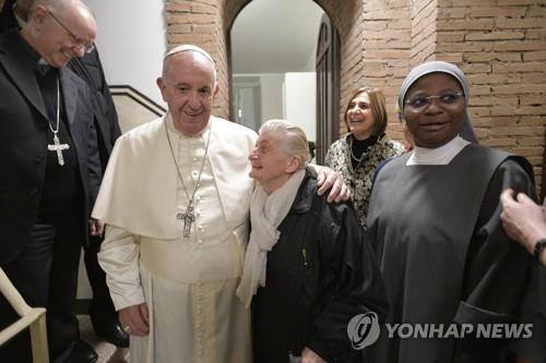 지난해 11월 15일 노숙자 쉼터로 변한 팔라조 미글리오리 궁전의 프란치스코 교황