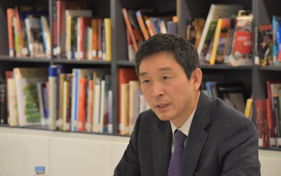 인터뷰에 응하는 이혁 한-아세안센터 사무총장