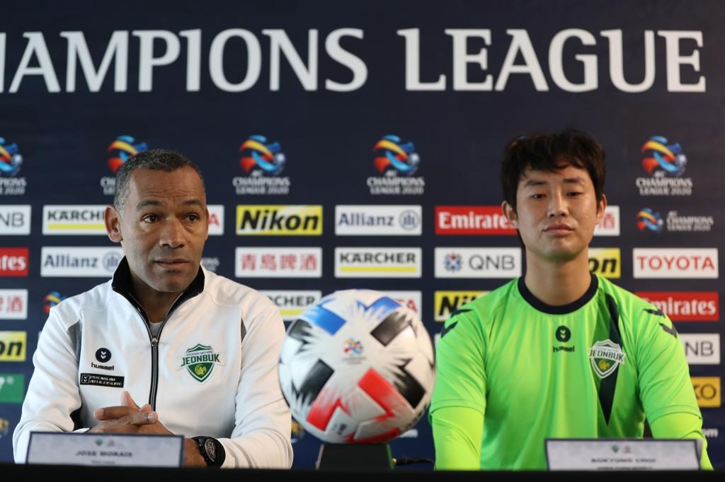 기자회견 나선 모라이스(왼쪽) 감독과 최보경