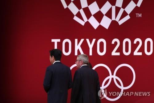 왼쪽부터 아베 총리, 바흐 위원장
