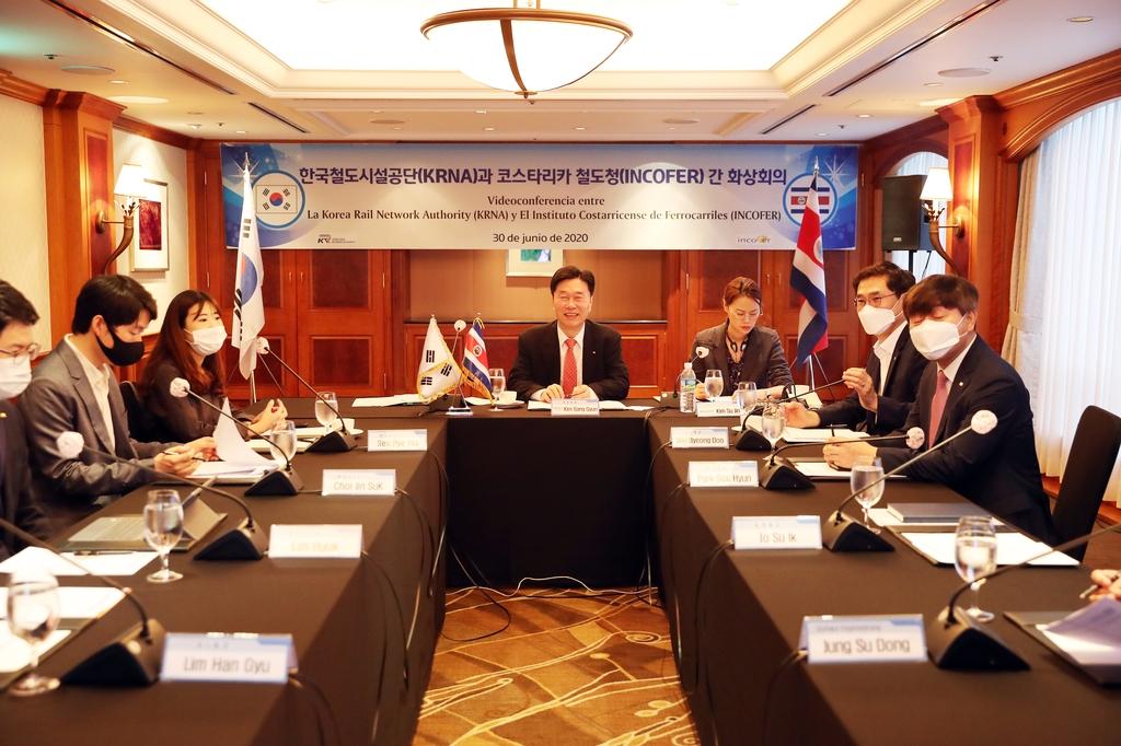화상회의 하는 김상균(중앙) 철도공단 이사장