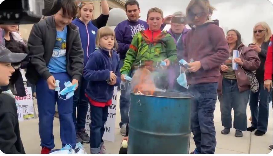 어른들의 독려에 마스크를 불태우는 미국 아이들
