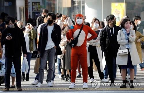 (도쿄 로이터=연합뉴스) 일본 수도권에 신종 코로나바이러스 감염증(코로나19) 긴급사태가 발효 중인 18일 도쿄 시내의 한 횡단보도 앞에서 마스크를 착용한 시민들이 보행신호를 기다리고 있다. 이날 일본 정부는 코로나19 확산 억제를 위한 긴급사태 선언을 21일까지만 유지하고 전면 해제하기로 결정했다. leekm@yna.co.kr