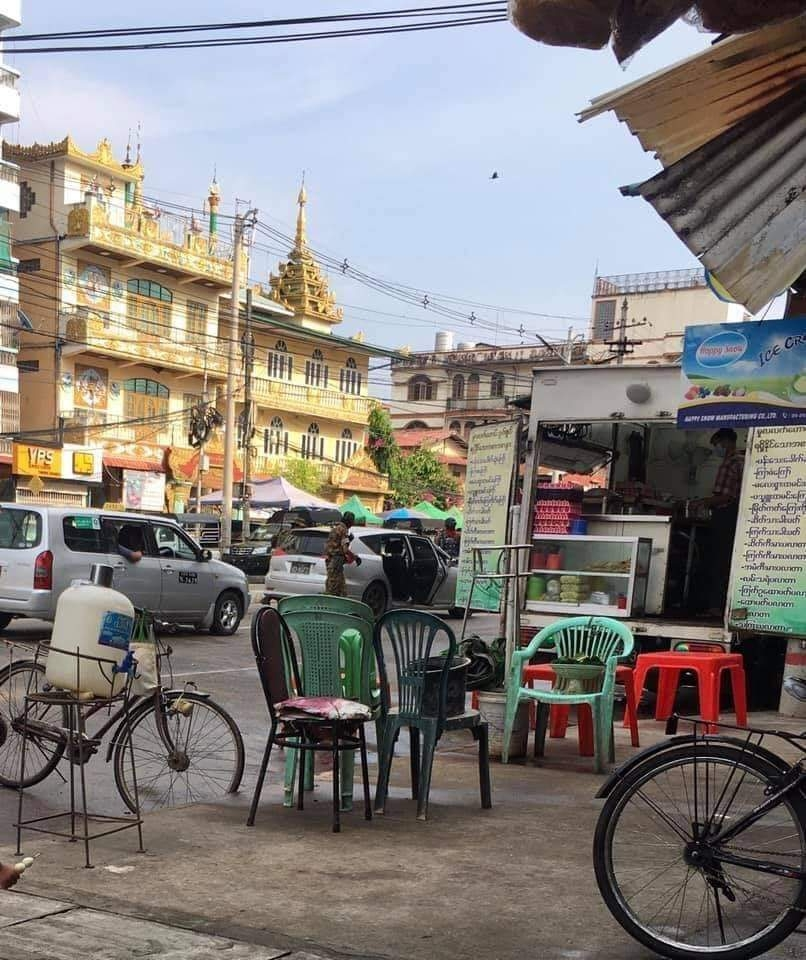 차량을 세우고 검문검색 중인 미얀마 군경