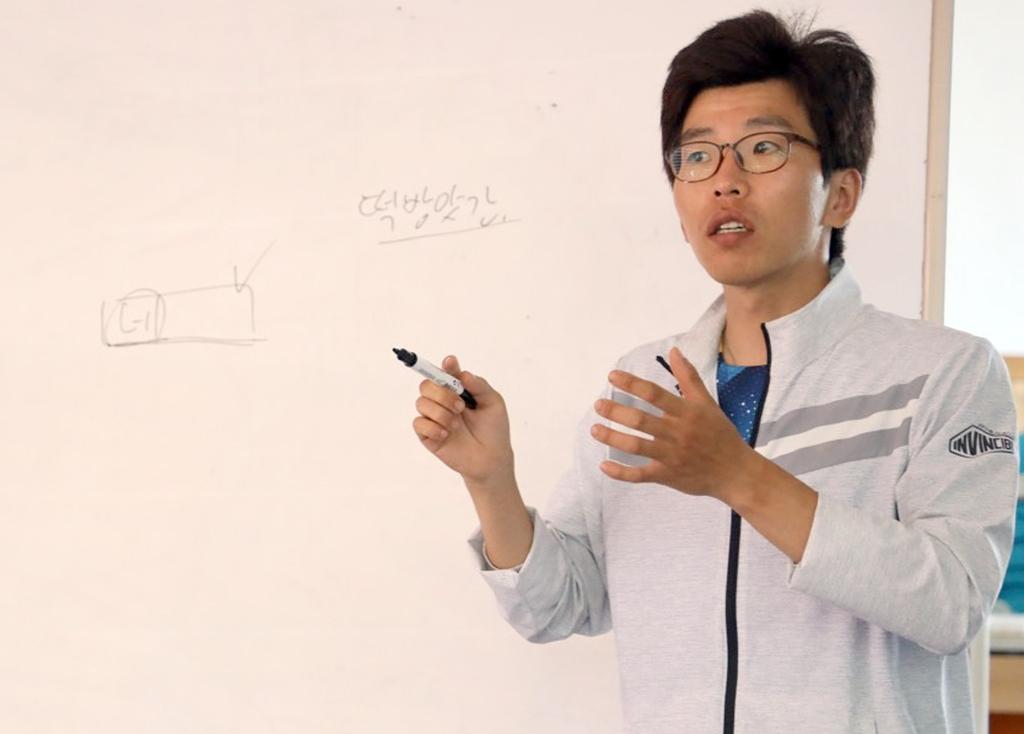강의하는 김경원 씨