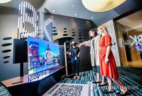 삼성전자가 동남아에서도 '네오 QLED' 판매를 시작했다. 사진은 지난 3월 싱가포르에서 '네오 QLED'를 비롯한 2021년 TV 신제품을 출시하고, 현지 미디어와 거래선을 대상으로 체험 행사를 진행한 모습. [삼성전자 제공. 재판매 및 DB 금지]