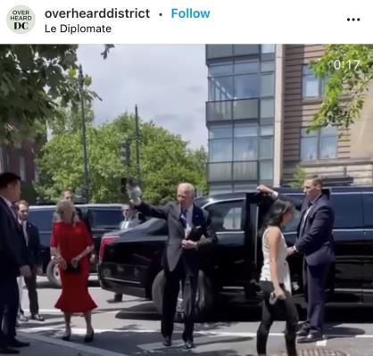 인스타그램에 올라온 바이든 대통령(가운데)의 식당 방문 영상