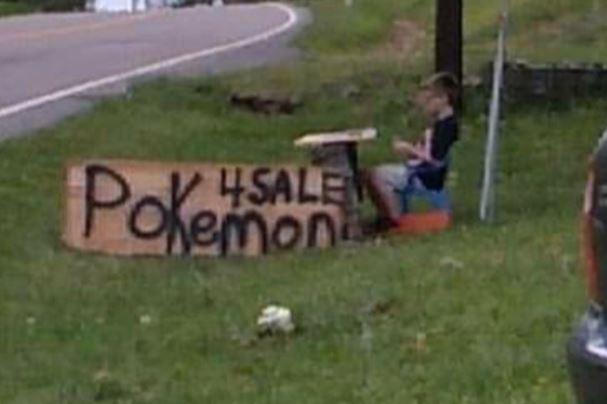 도롯가에 '포켓몬 카드 판매'라는 문구가 적힌 표지판을 세워둔 브리슨