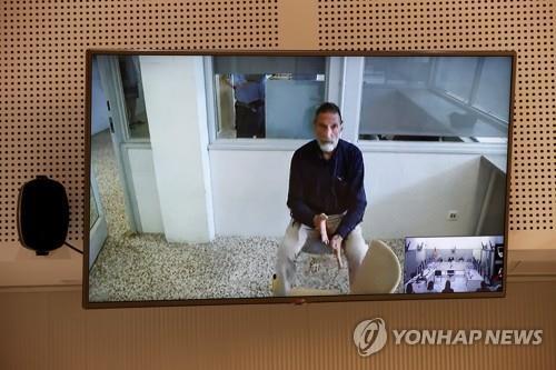 화상으로 법정에 진술하는 존 맥아피