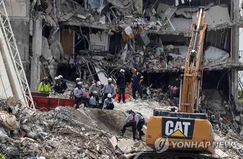 플로리다 아파트 붕괴사고 구조현장[로이터=연합뉴스]