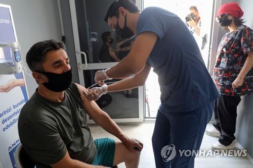 코로나19 백신을 접종하는 터키 수도 앙카라 시민