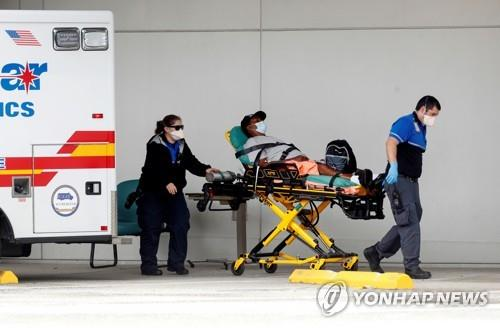 플로리다주 한 병원으로 이송되는 코로나19 환자