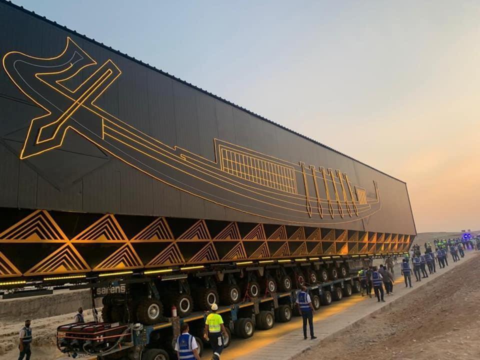 특수차량에 실린 채 이동하는 '태양의 배'