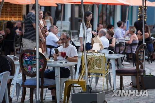 11일(현지시간) 미 플로리다주 마이애미 코럴게이블스의 한 식당에서 손님들이 식사를 하고 있다. [신화=연합뉴스]