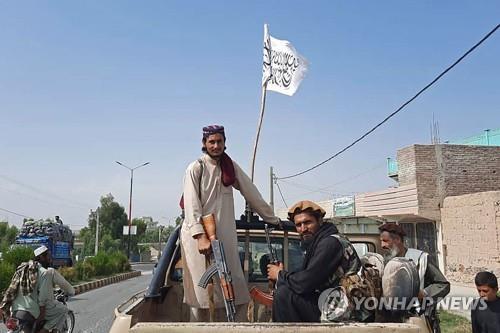 아프간 라그만주에서 차에 탈레반 상징 깃발을 꽂고 이동 중인 탈레반 전투요원. [AFP=연합뉴스]
