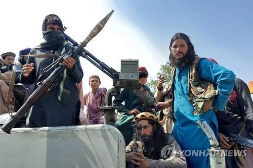 아프간 라그만주에서 차에 올라선 탈레반 전투요원. [AFP=연합뉴스]