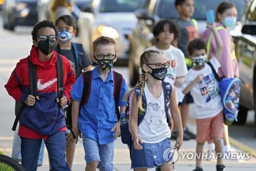 10일(현지시간) 미 플로리다주 리버뷰의 한 초등학교에 마스크를 쓴 어린이들이 등교하고 있다. [AP=연합뉴스]