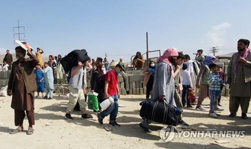 카불 공항 주변에 몰려드는 아프간 탈출 행렬