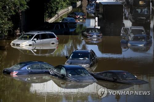 2일(현지시간) 미국 뉴욕의 한 거리에 버려진 차들[AP=연합뉴스]