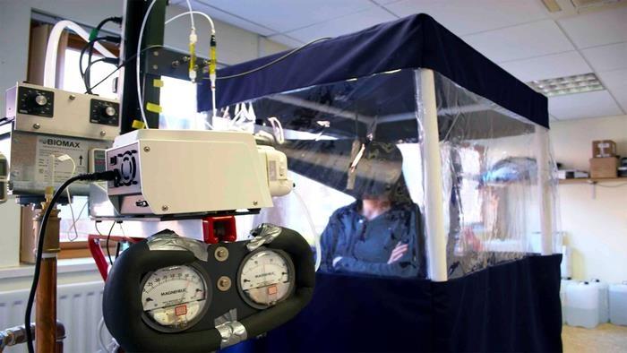실험 참가자가 돈 밀턴 교수가 개발한 기계를 이용해 숨 속에 포함된 바이러스양을 측정하고 있다. [University of Nottingham 제공. 재판매 및 DB 금지]