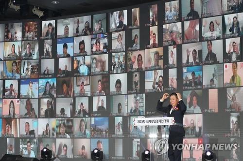온라인으로 행사에 참여하는 회원들과 인사 나누는 하용화 회장