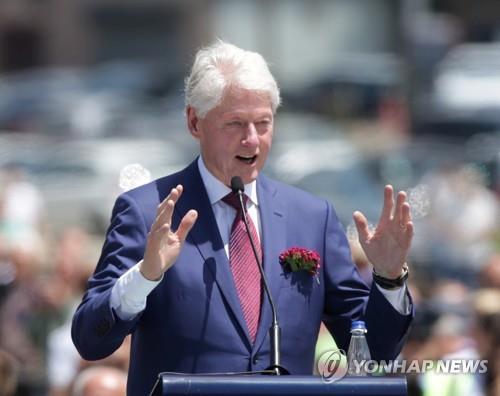 항생제 치료를 받고 회복 중인 빌 클린턴 전 대통령