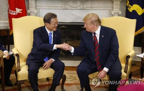 El presidente surcoreano, Moon Jae-in (izda.), con el presidente estadounidense, Donald Trump, en un encuentro en Washington, el 11 de abril del 2019 (hora local).
