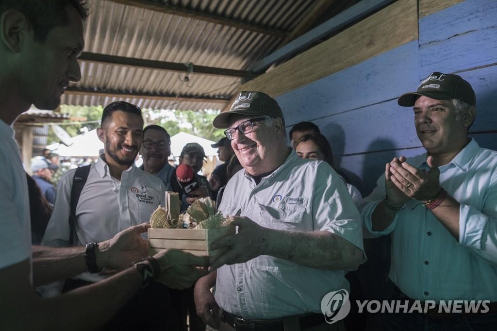 지난달 29일 두케 대통령(오른쪽)과 함께 콜롬비아 티부를 찾은 하워드 버핏(가운데)