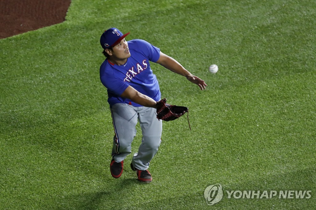 In this Associated Press photo, Choo Shin-soo of the Texas Rangers catches a fly ball during practice at Globe Life Field in Arlington, Texas, on July 3, 2020. (Yonhap)