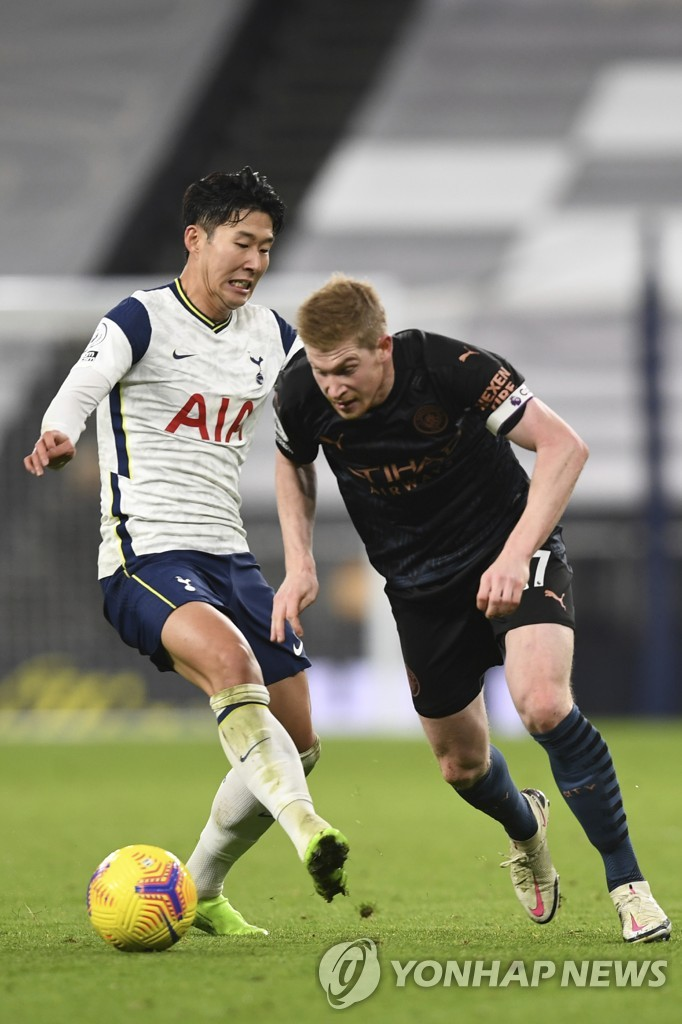 In this Associated Press photo, Son Heung-min of Tottenham Hotspur (L) tries to defend Kevin De Bruyne of Manchester City during their Premier League match at Tottenham Hotspur Stadium in London on Nov. 21, 2020. (Yonhap)