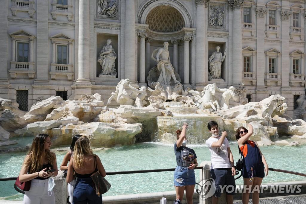 로마 트레비분수 앞의 여행객들.