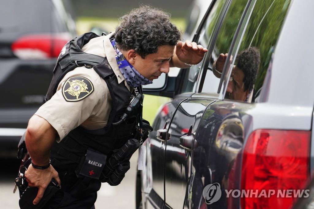 3일 미 국방부 청사 외곽에서 차량을 검문하는 경찰관 [AP=연합뉴스]