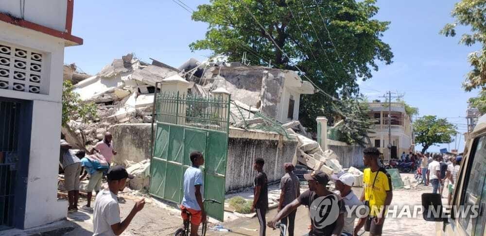 규모 7.2 강진 이후 무너진 아이티 레카이의 주택