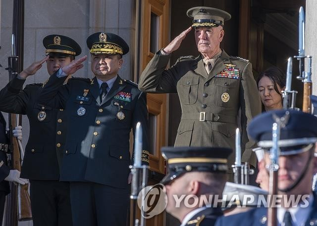 This file photo shows U.S. Joint Chiefs of Staff Chairman Joe Dunford (R). (Yonhap)