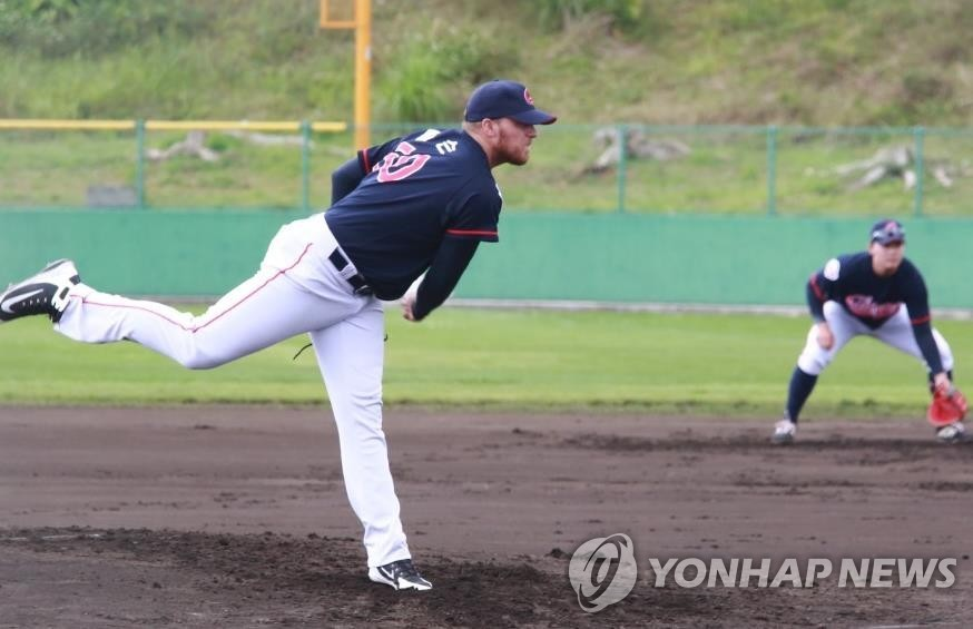 In this photo provided by the Lotte Giants, Jake Thompson of the Giants pitches in a spring training game against the SK Wyverns in Okinawa, Japan, on Feb. 28, 2019. (Yonhap)