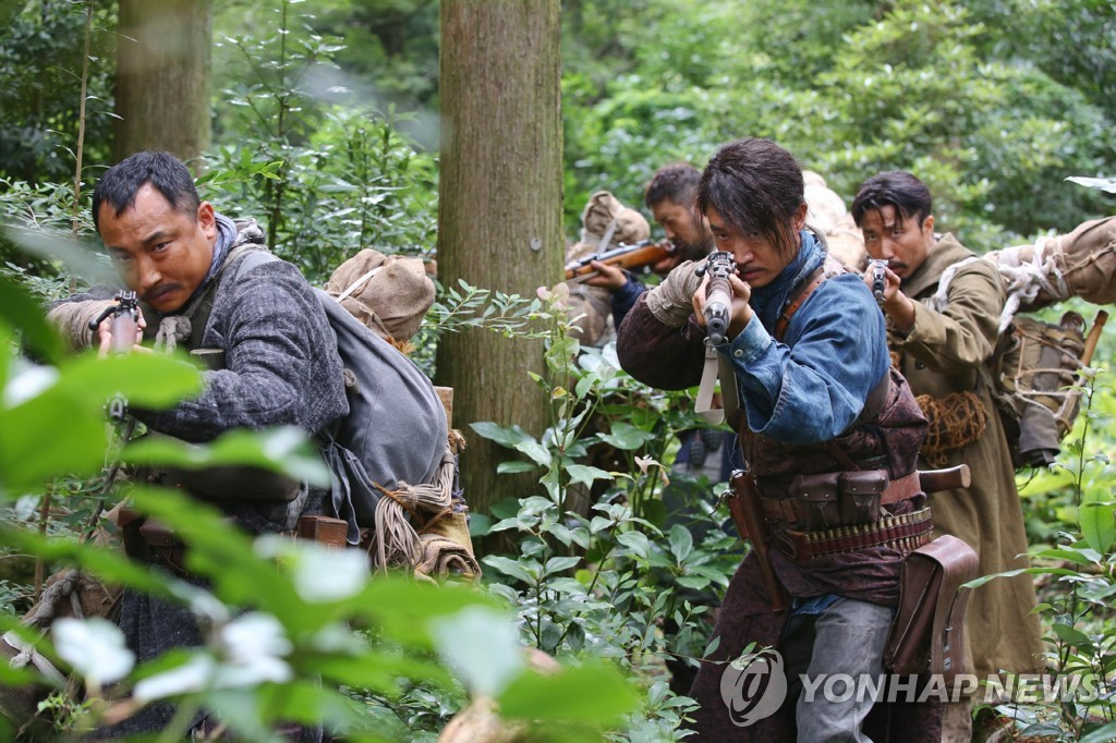 "This image provided by Showbox shows a scene from ""The Battle: Roar to Victory."" (PHOTO NOT FOR SALE) (Yonhap)"