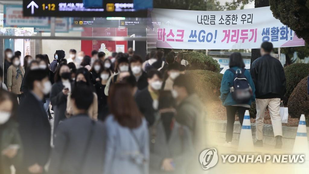 마스크 착용한 공공장소의 시민들(CG)