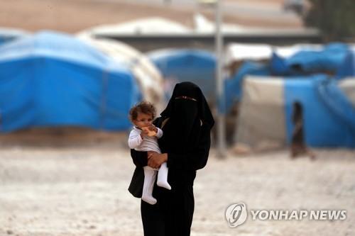 시리아 북동� 난민 캠프의 한 여성과 아이