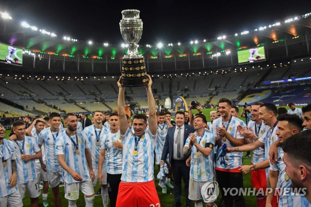 우승 세리머리 하는 아르헨티나 선수들.