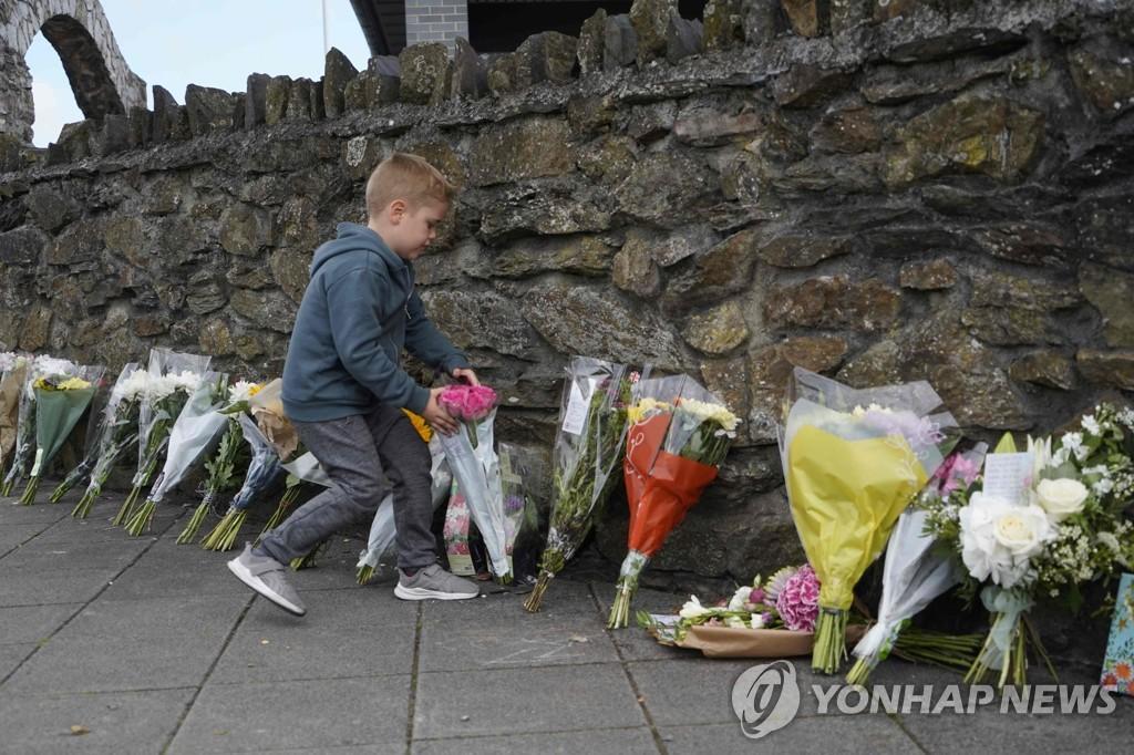 플리머스 총기 난사 현장에 희생자들을 애도해 놓인 꽃들 [AFP=연합뉴스]