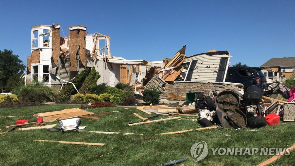 [AFP=연합뉴스] 허리케인으로 무너진 뉴저지의 농장주택
