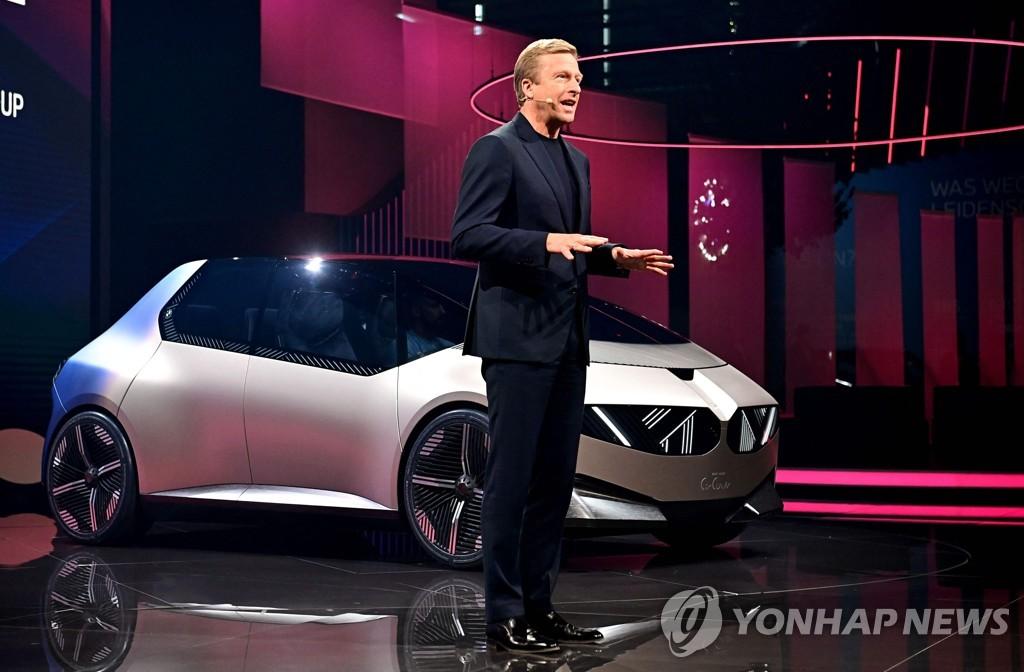 IAA 모빌리티 2021에서 BMW i비전 '서큘라' 선보이는 올리버 칩세 BMW CEO[AFP=연합뉴스]