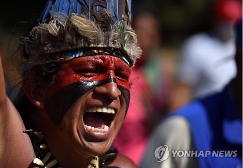 12일(현지시간) 콜롬비아 칼리에서 시위에 나선 원주민 모습