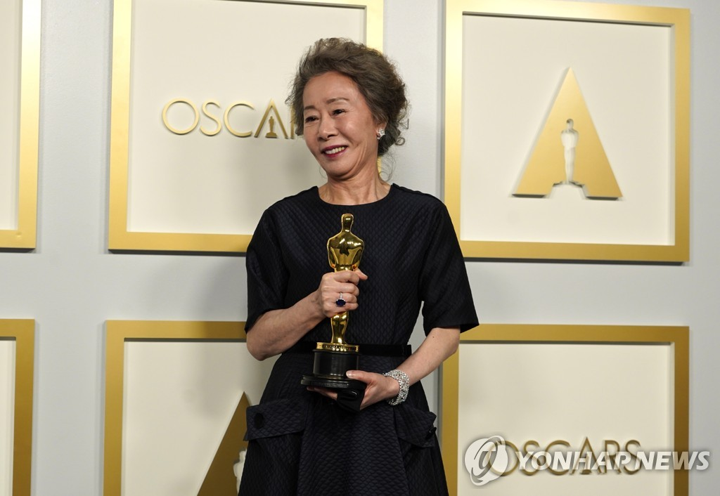 "In this EPA photo, South Korean actress Youn Yuh-jung poses after winning Best Actress in a Supporting Role for ""Minari"" at the 93rd annual Academy Awards ceremony in Los Angeles, California, on April 25, 2021. (Yonhap)"