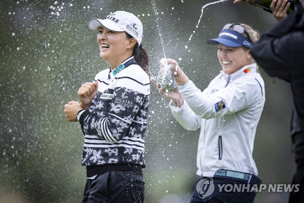 우승 축하를 받는 고진영(왼쪽)