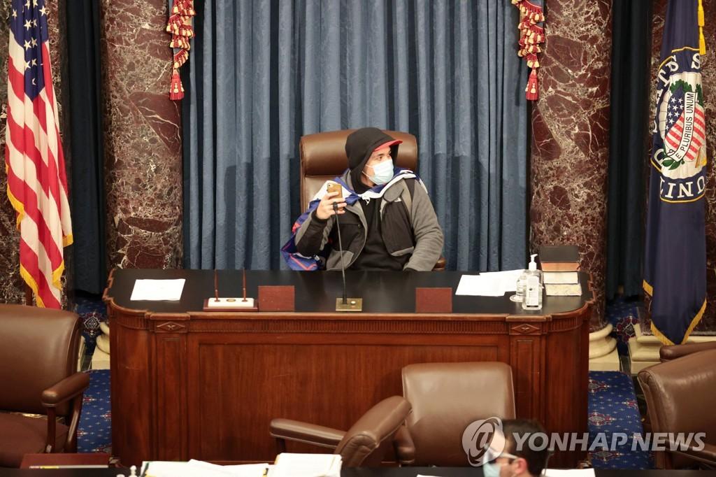 상원의장석에 앉은 시위대